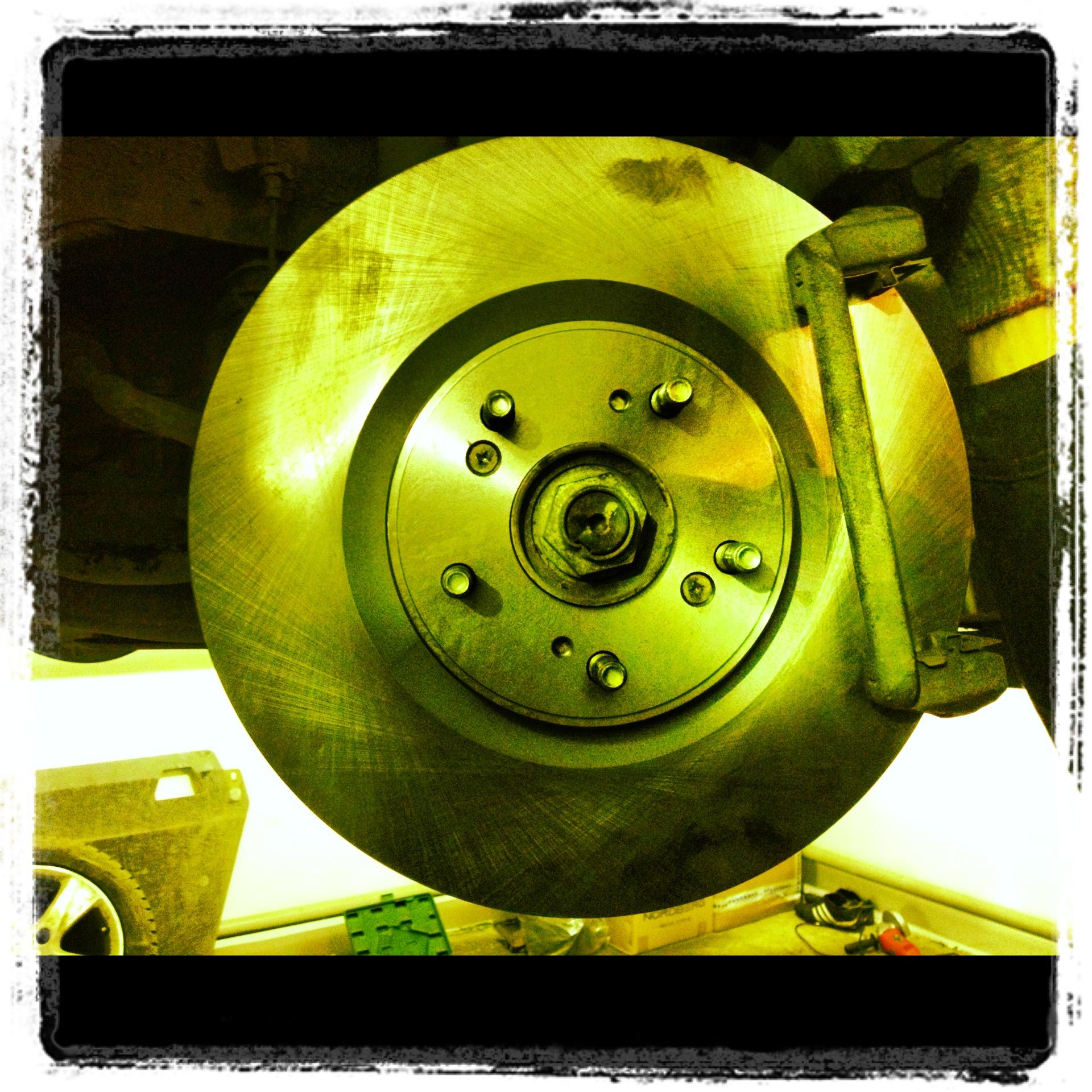 Замена передних тормозных дисков и колодок