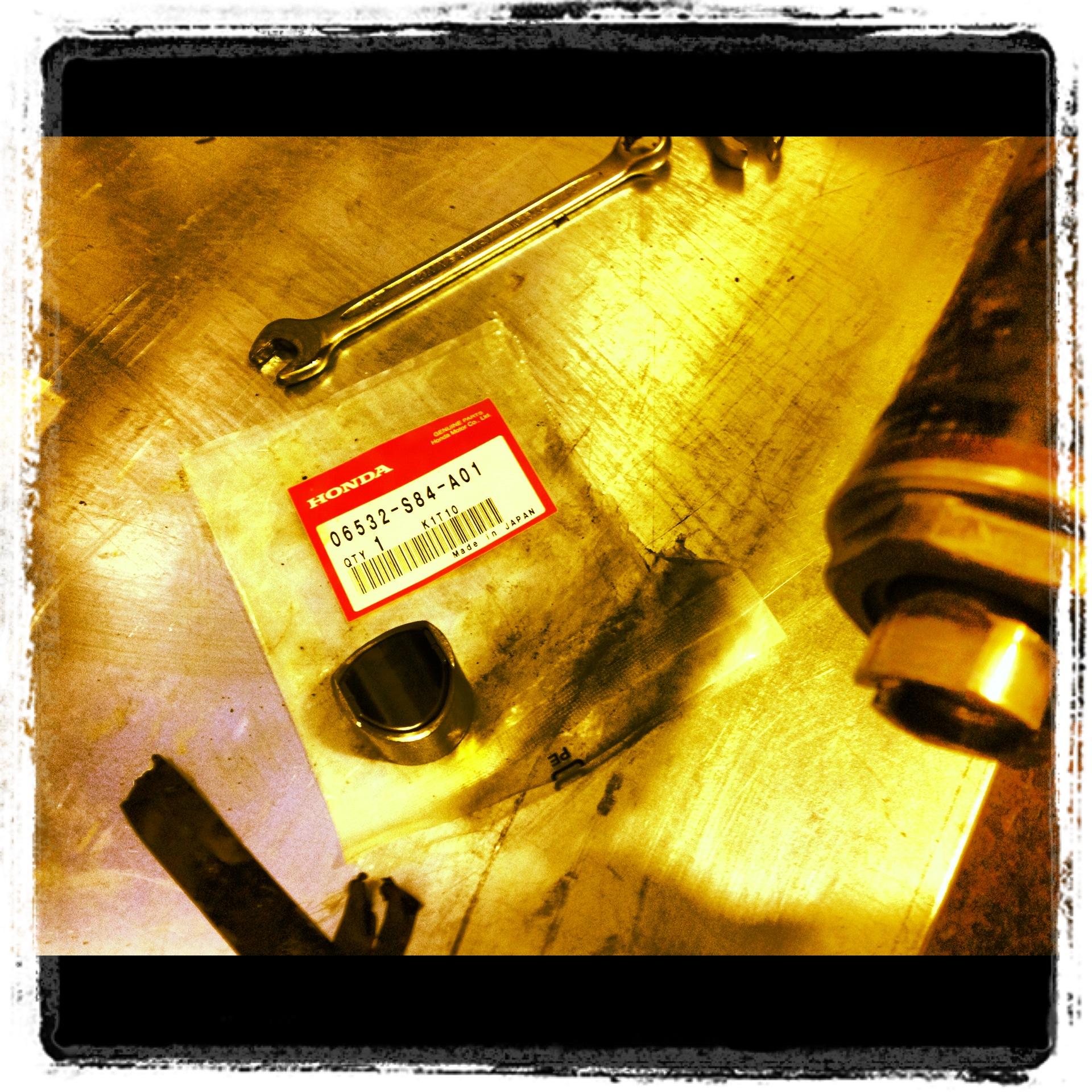 Замена прижимной направляющей рулевой рейки